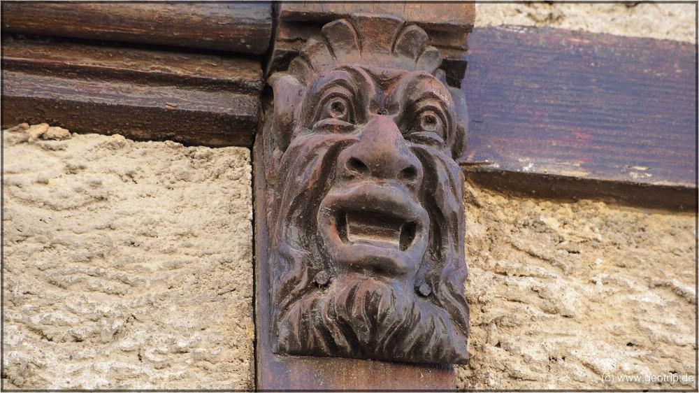 Aber die Details machen es aus - Holzschnitzerei an einem alten Fachwerkhaus