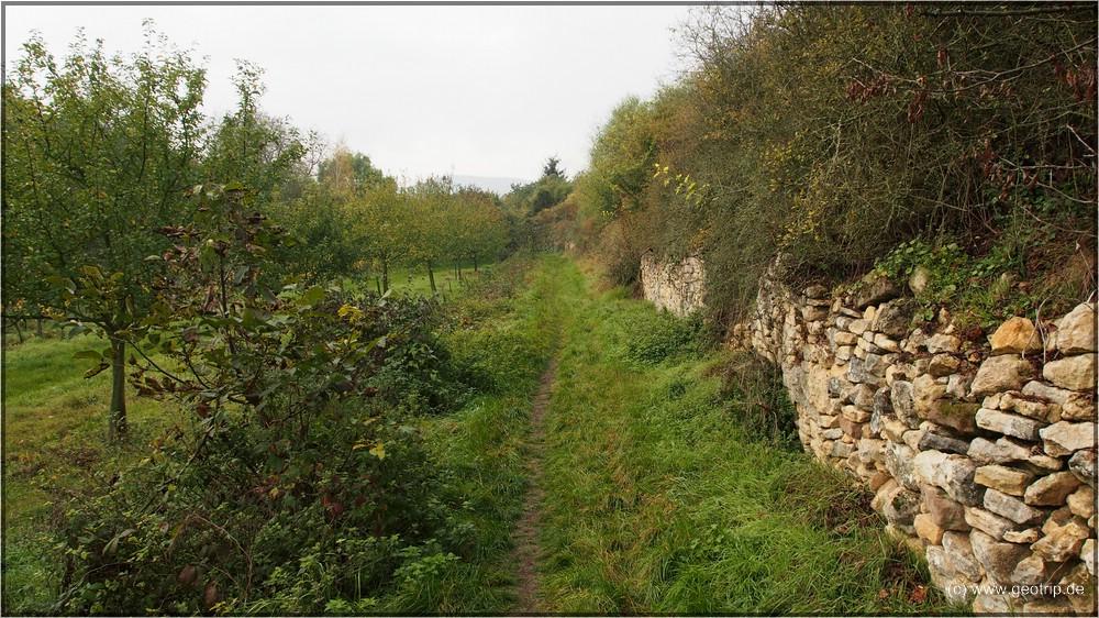 Romantischer Weg im kleinen Tal