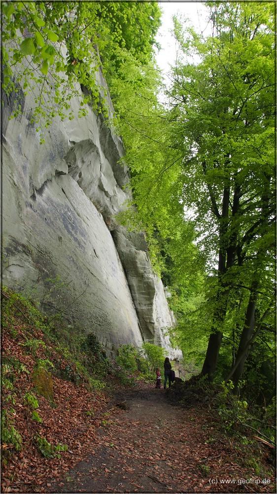 Weiter gehts, an den Felswänden entlang