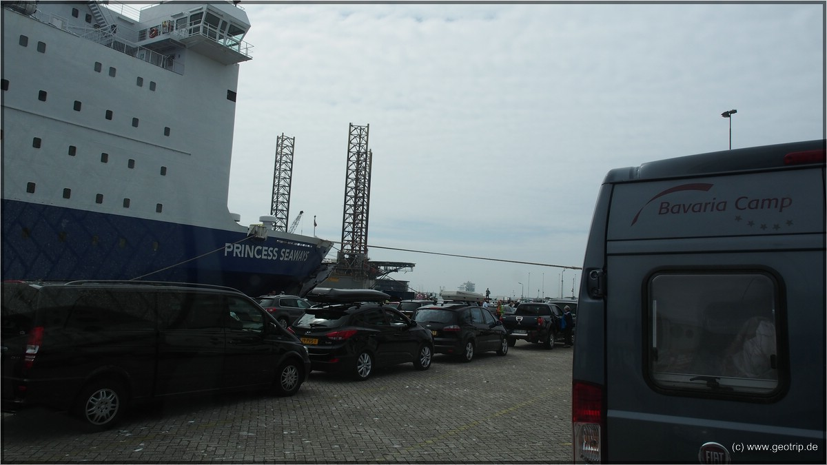 Unsere Fähre, es kann losgehen - im Hintergrund übrigens eine im Hafen geparkte Bohrinsel