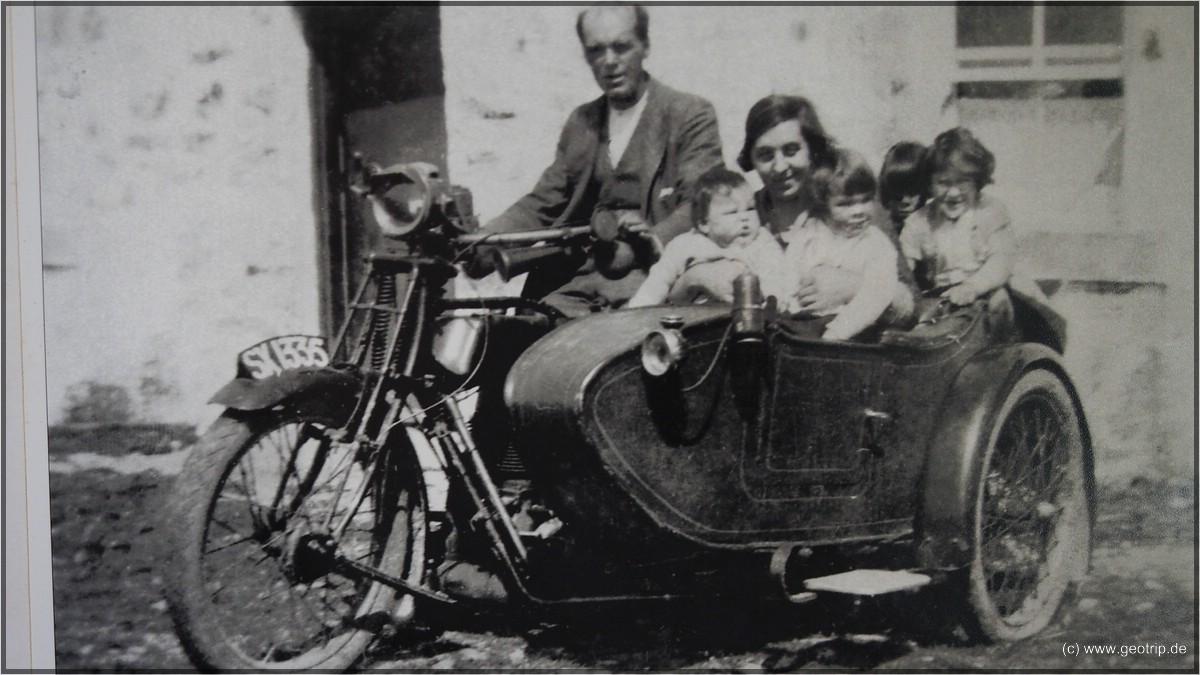 Das erste Motorrad auf Jura - man achte auf die Anzahl der MItfahrer !
