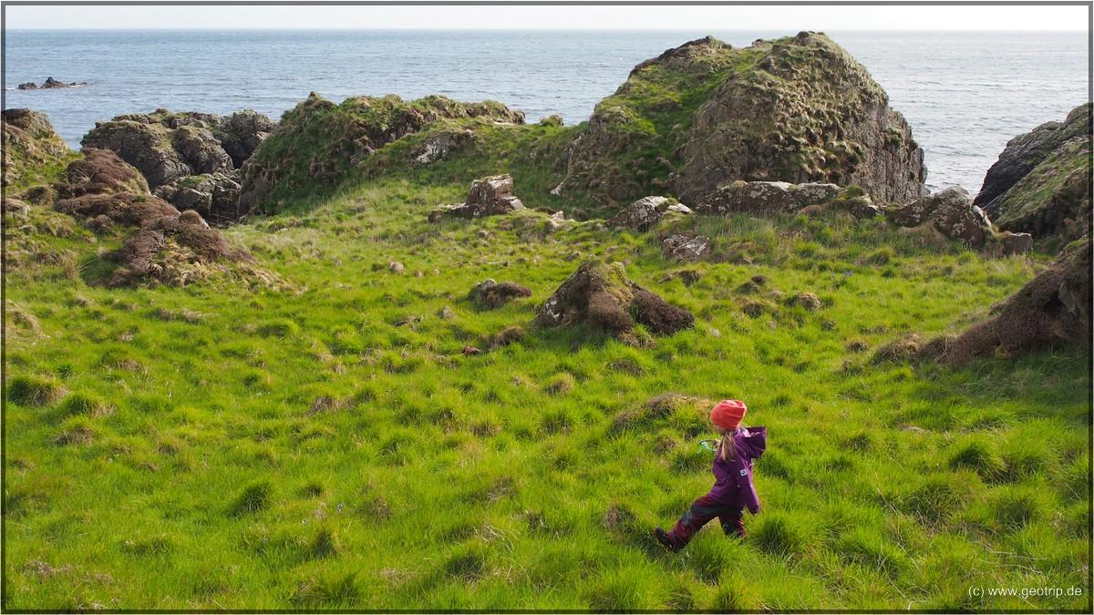 Tochter rennt voran - und neben dem Weg