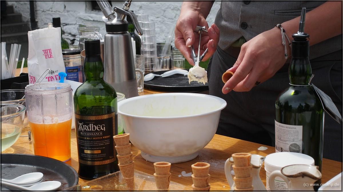 Hier wird Ardbeg Eis hergestellt - man beachte mit welchem Whisky!
