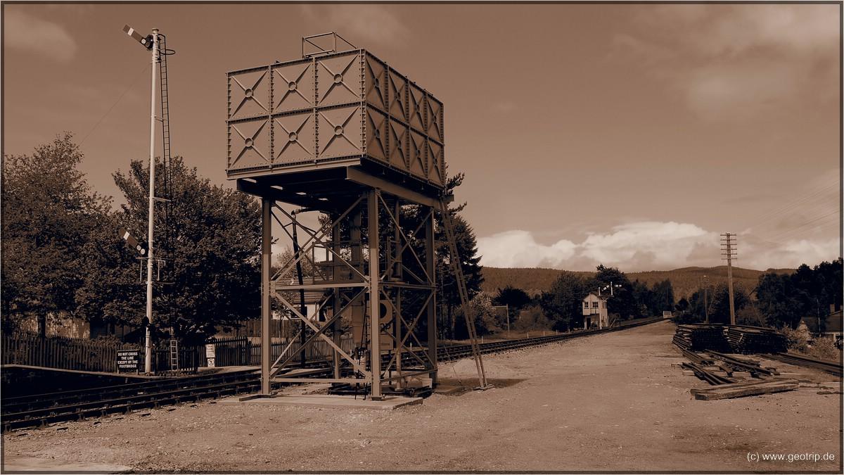 Wassertank, im Hintergrund das Stellwerk