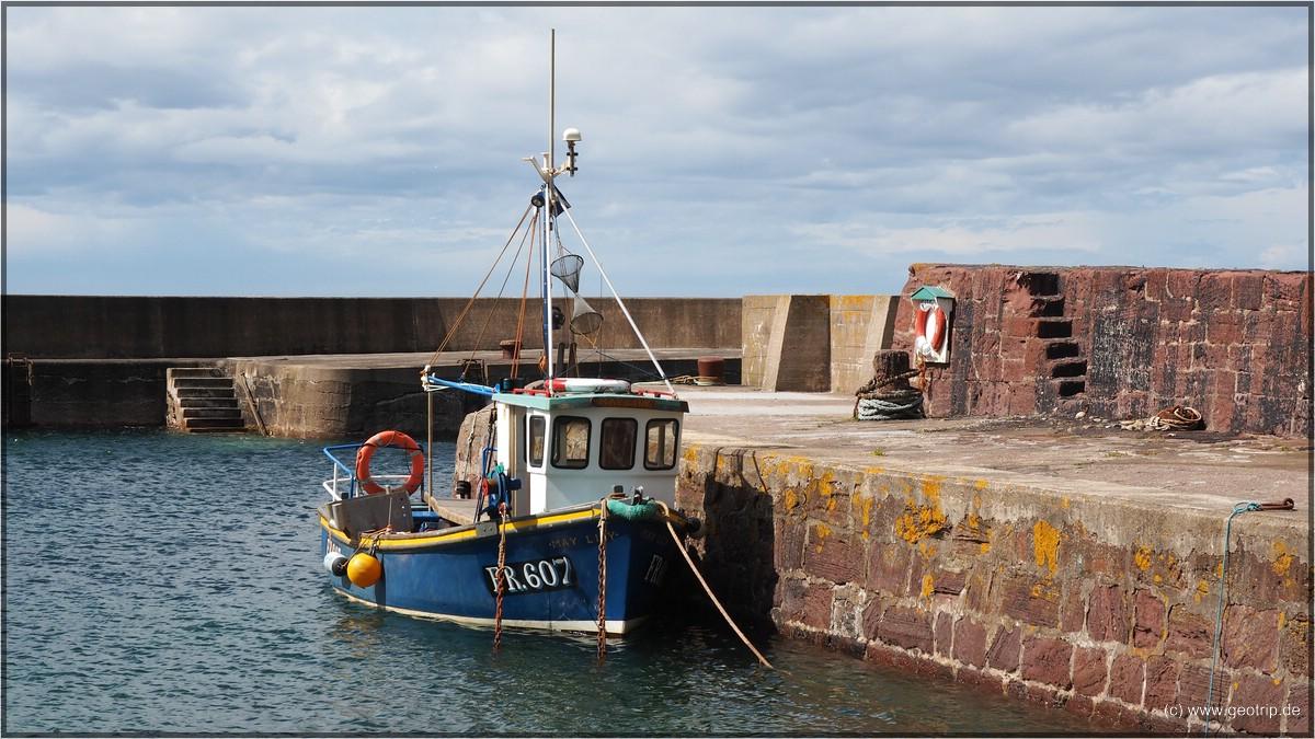 ..., nur noch ein Fischerboot im Hafen