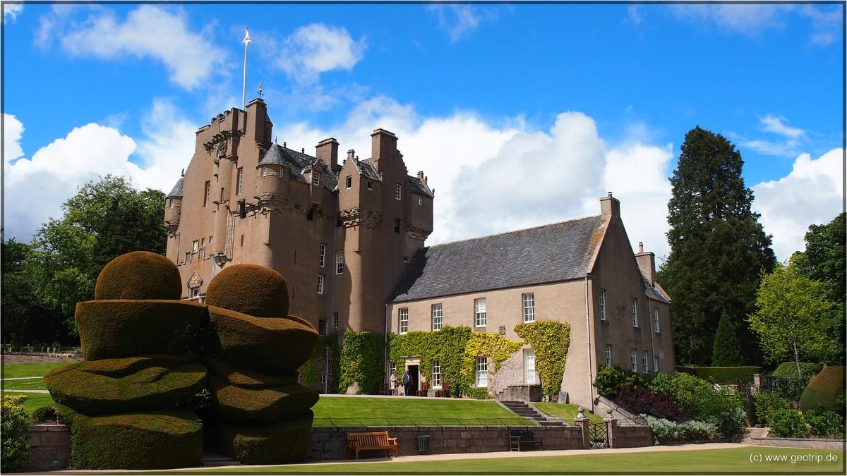 Castle mit seltsam geformten Eibenhecken