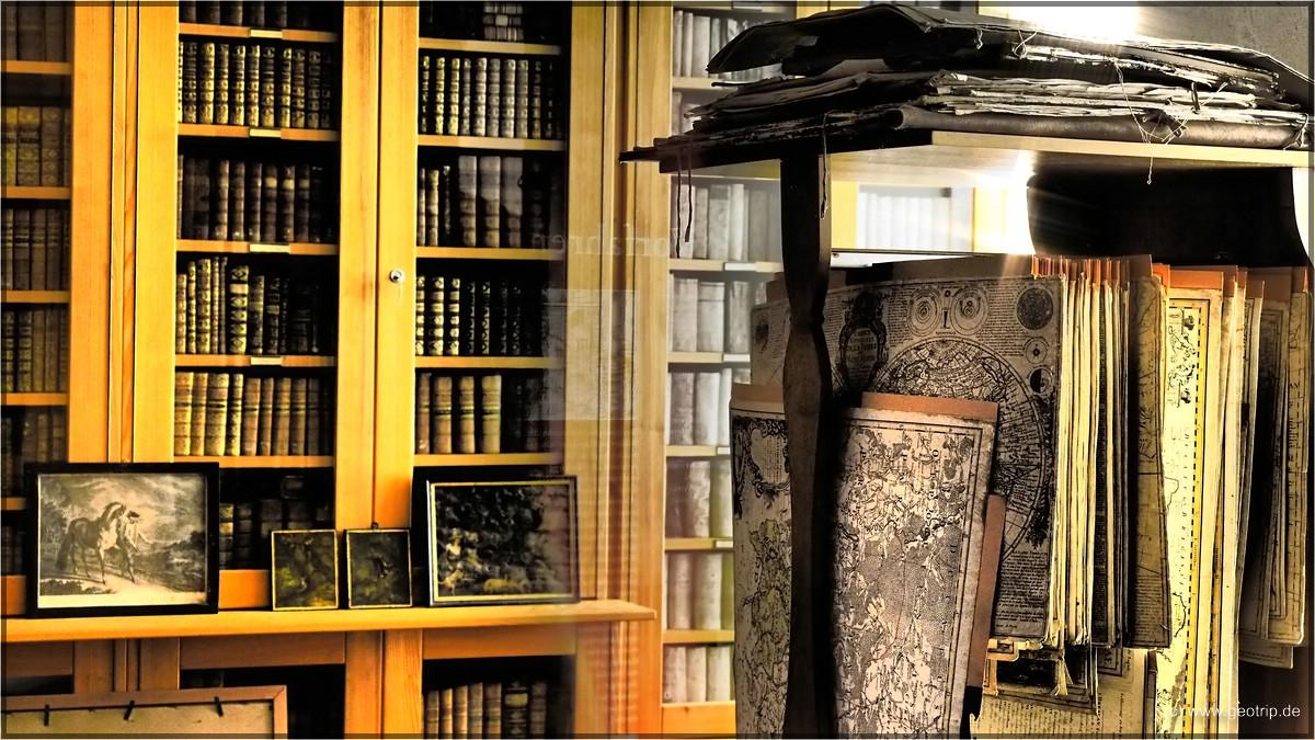 Die Bibliothek mit alten Landkarten