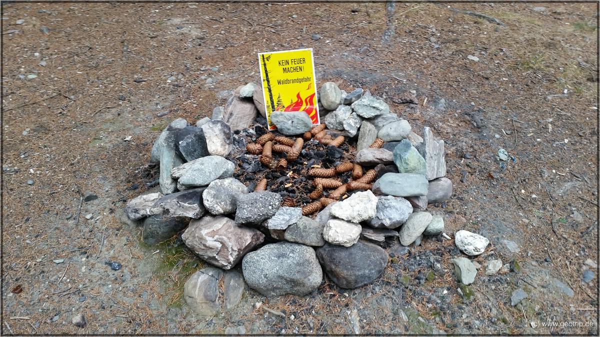 Aha, eine Feuerstelle mit Verbotsschild