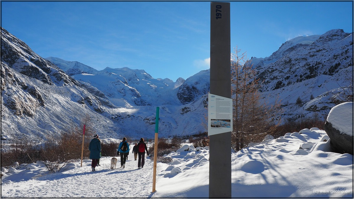 Die Jahreszahl, als der Gletscher hier endete, steht immer auf den Schildern