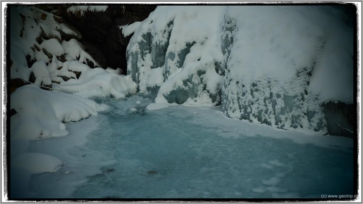Eisfall an der Bahnstation