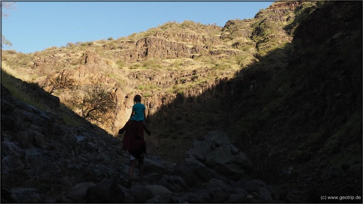 Mara wird getragen wegen den Kletterpassagen
