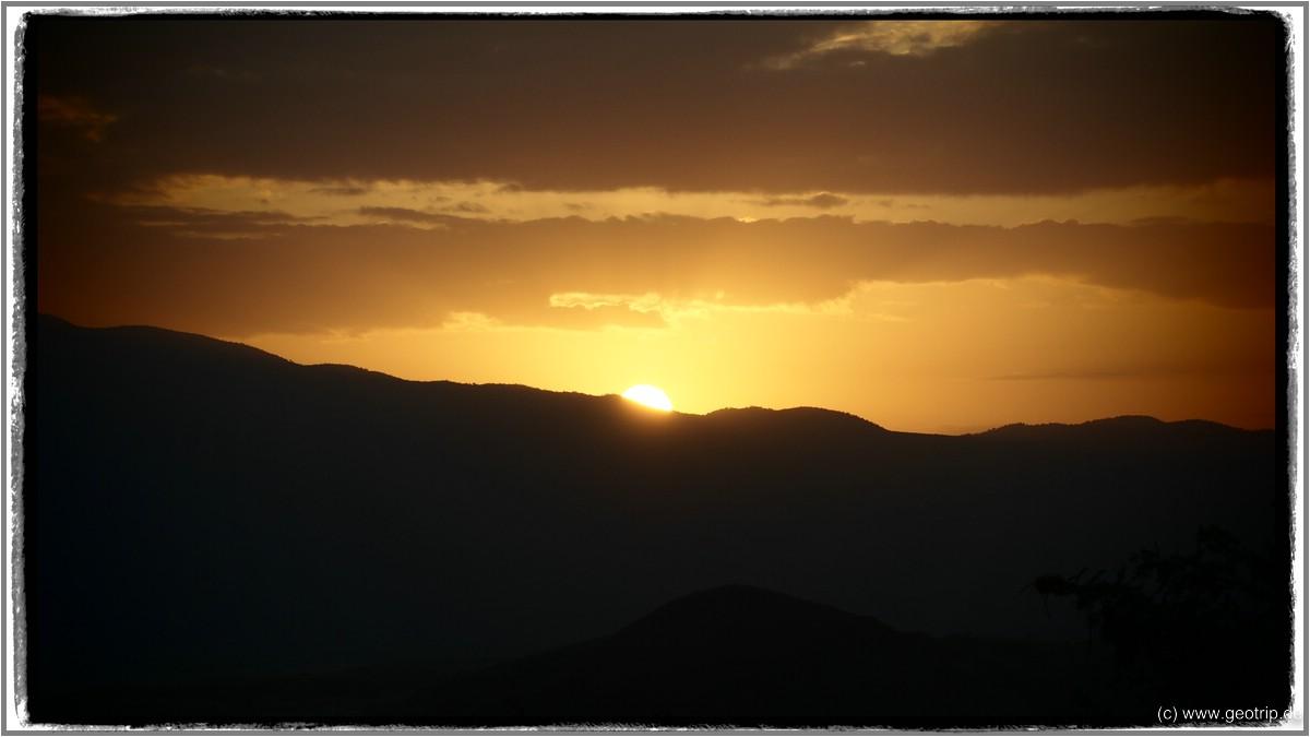 Sonnenaufgang am Lake Natron