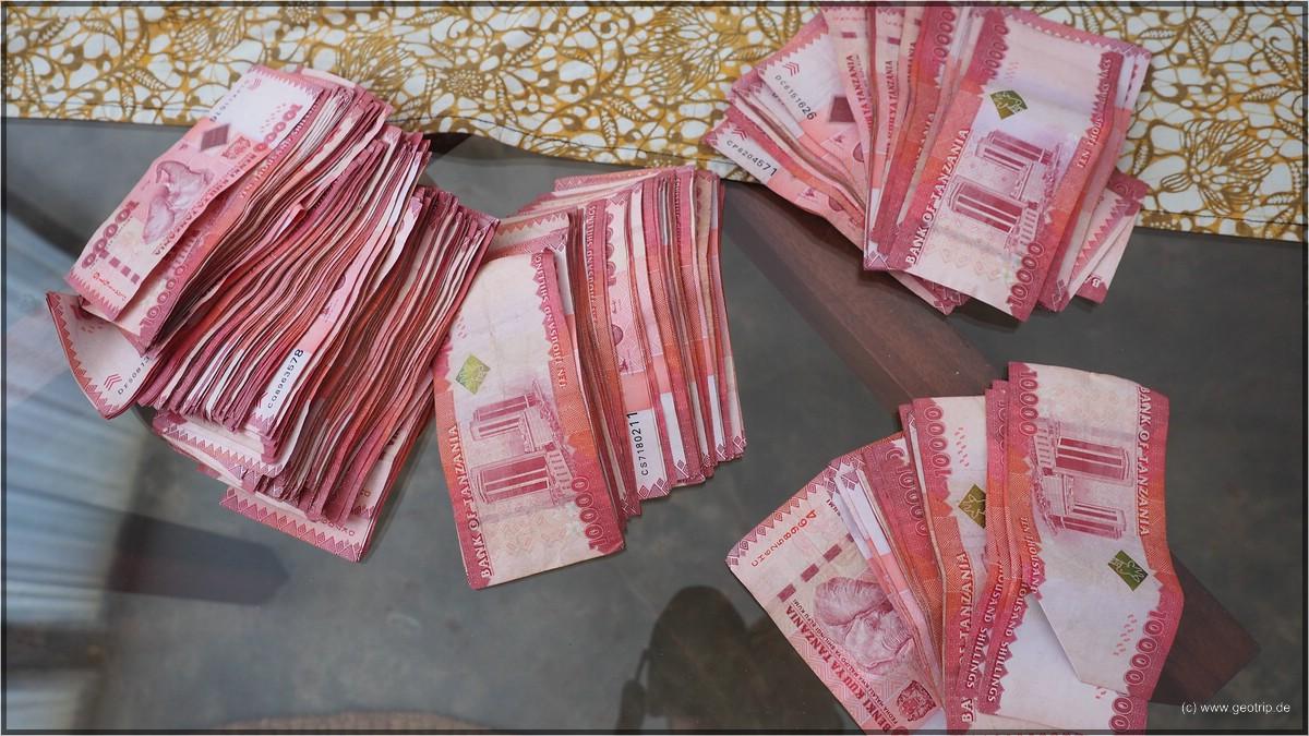 Tansanische Schilling - der größte Schein ist 10000, ca 6 Euro ;)