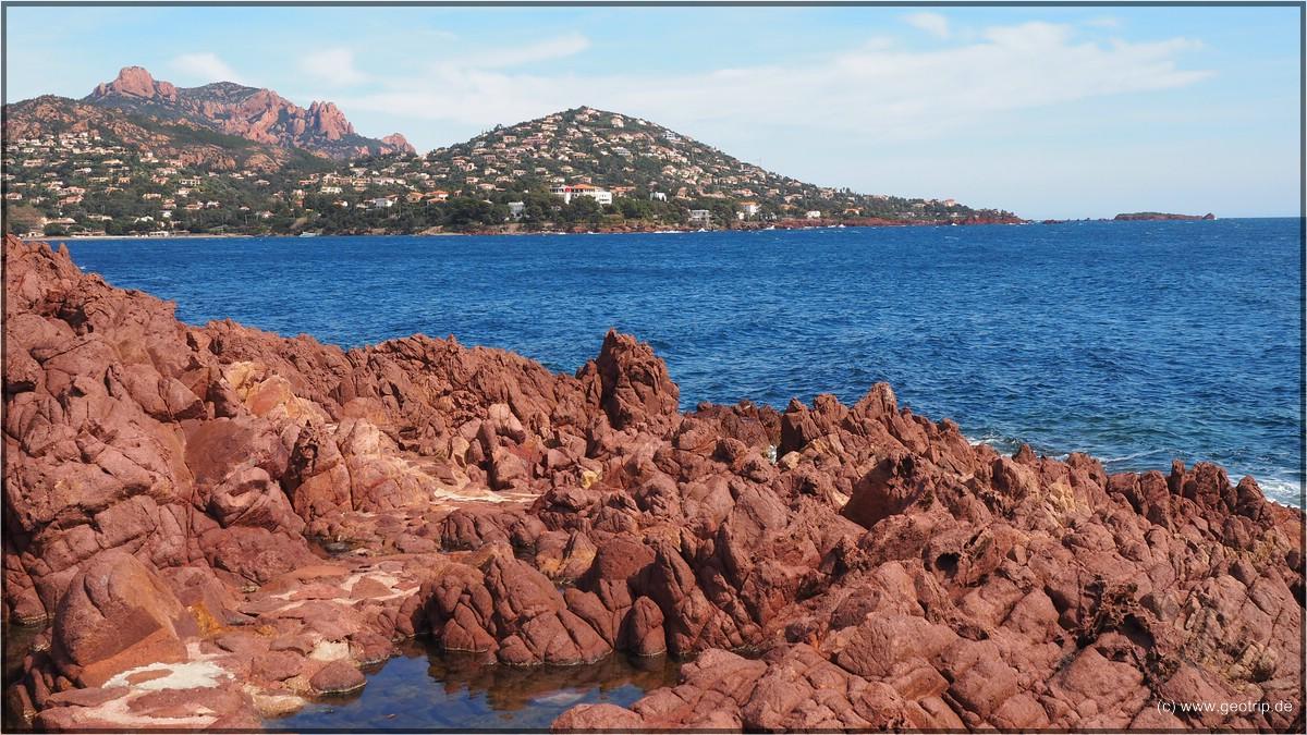 Rote Felsen, blaues Meer