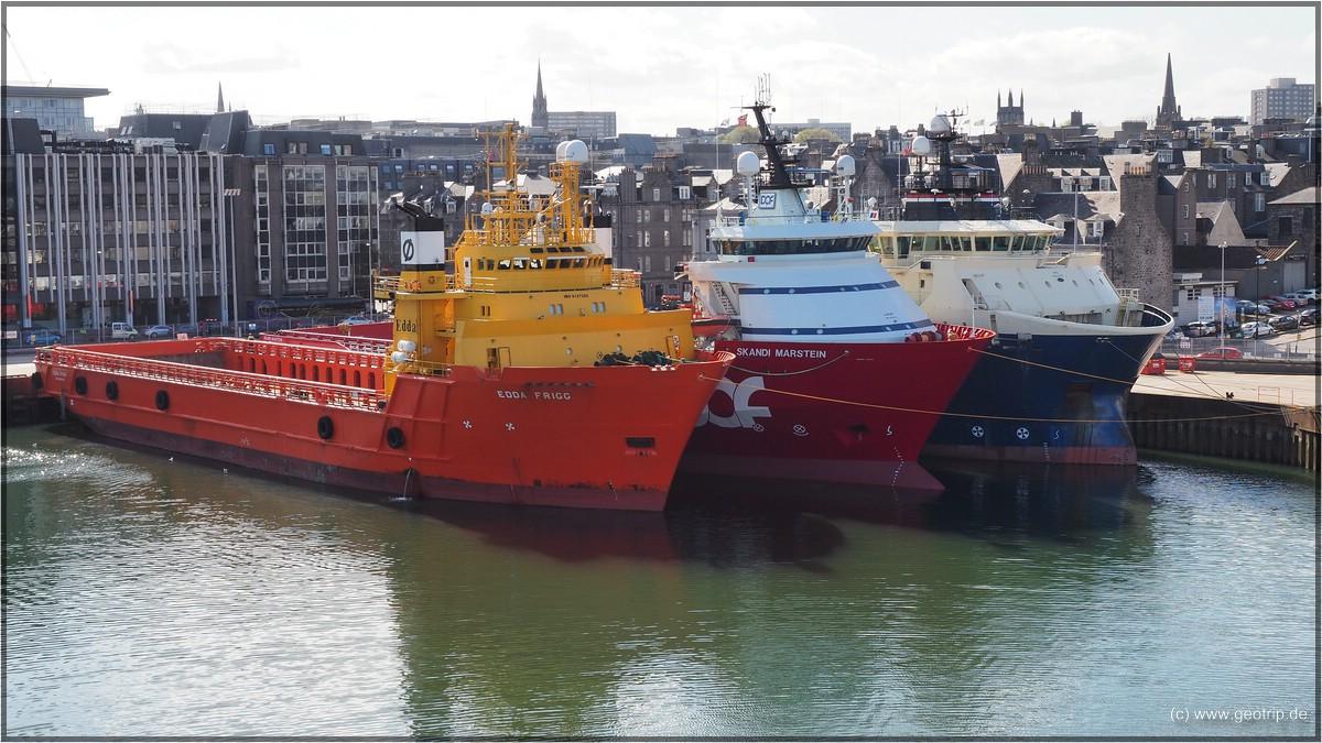 Seltsame Schiffe im Hafen