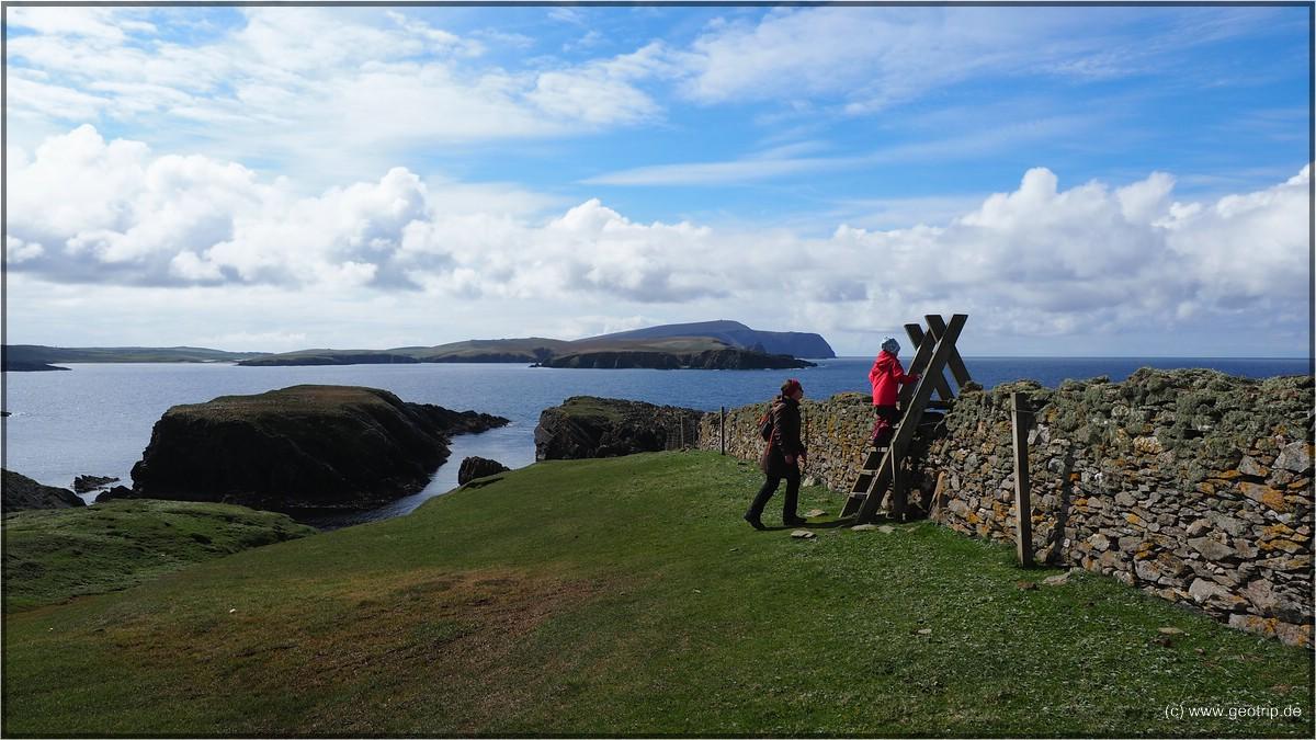 Golfrasen und alte Mauern vor schöner Kulisse