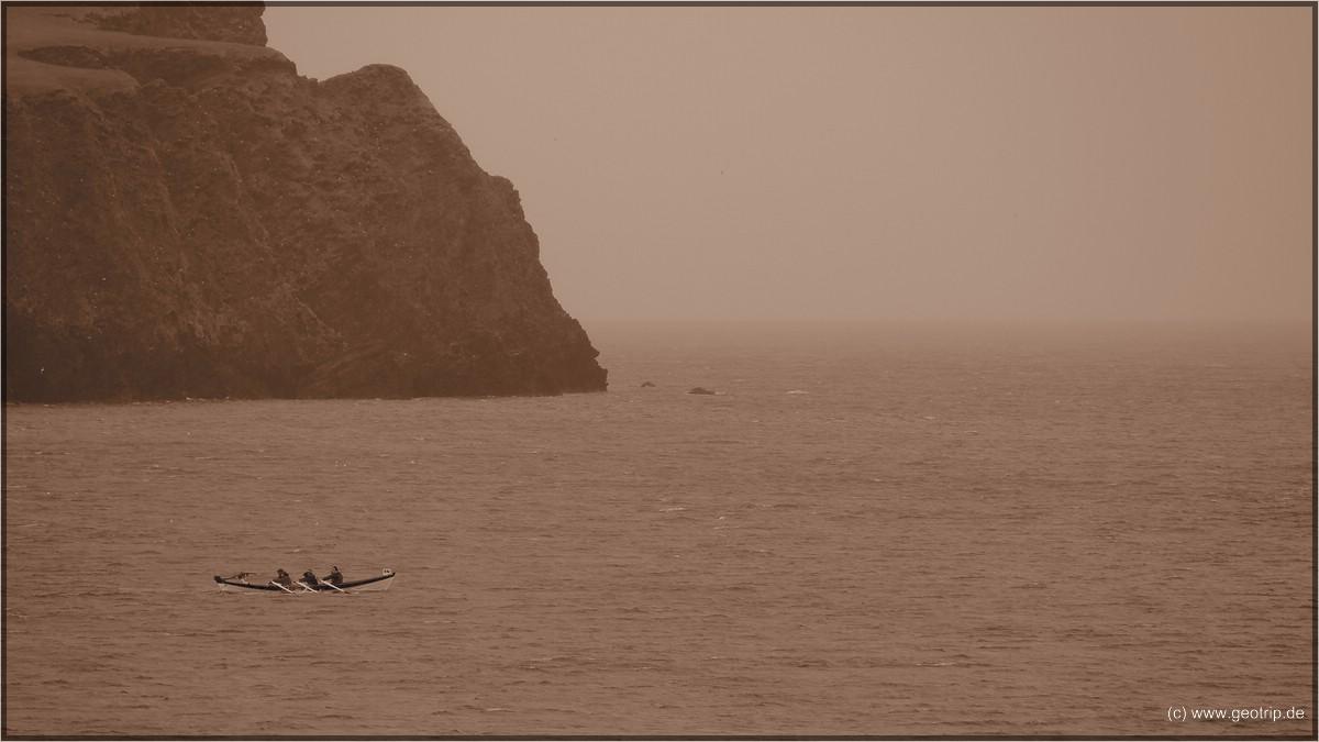 sondern bei Sauwetter rudert ein historisches Sixreen in die Bucht