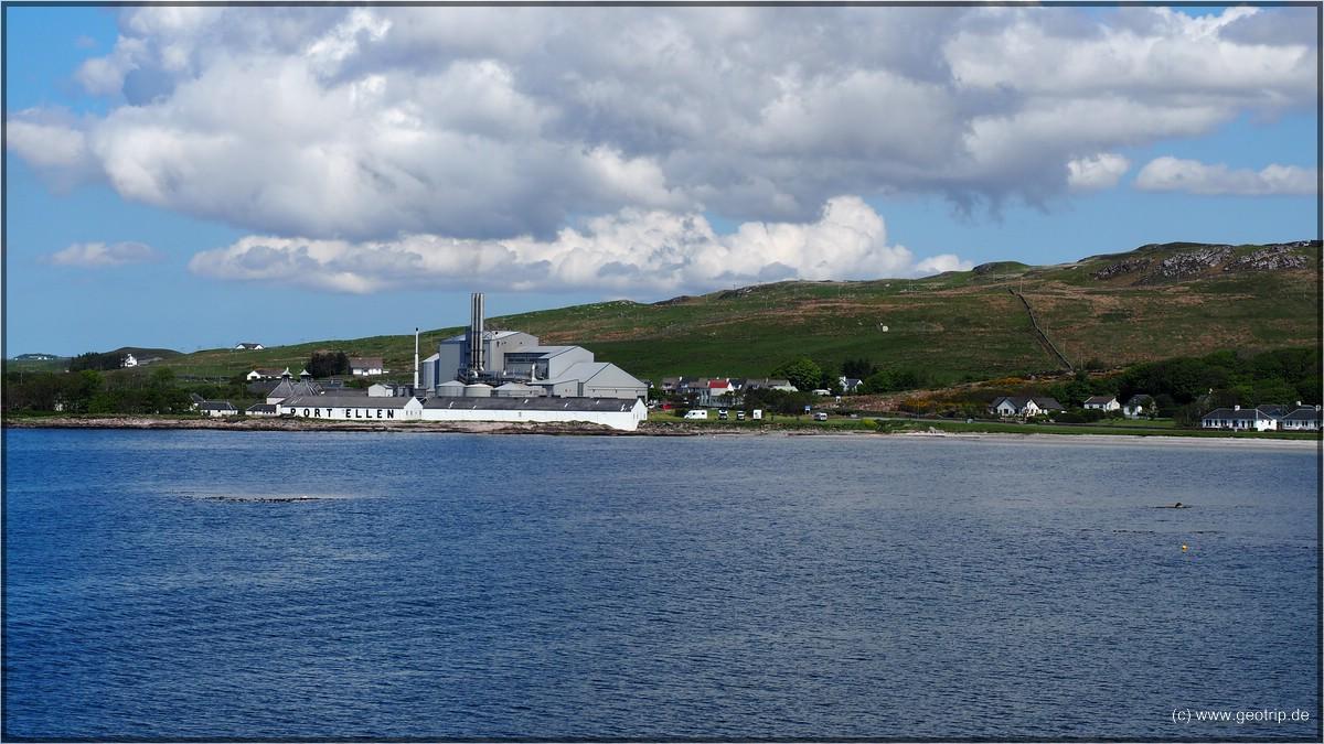 Rest der Port Ellen Destillierie , dahinter die Maltings