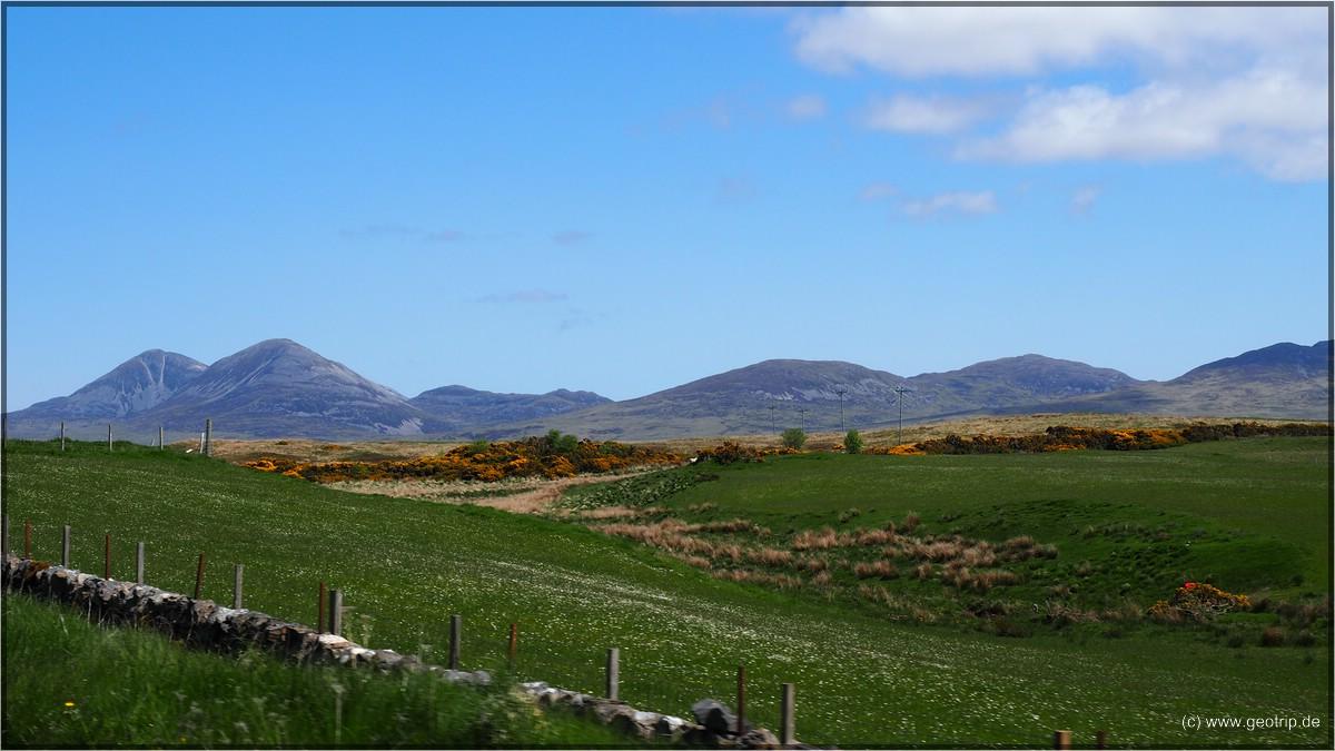 Zwei ganz unterschiedliche Inseln auf einem Bild: vorne Islay, hinten Jura