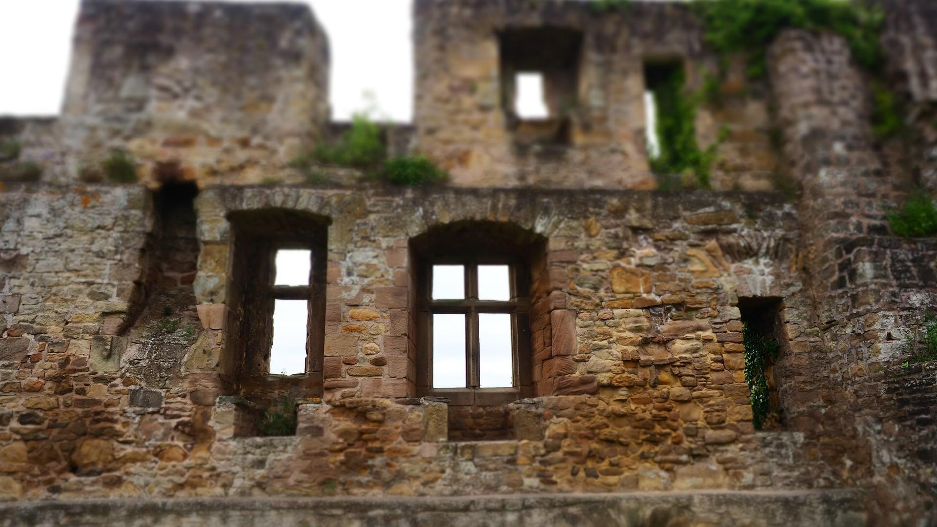 Hohle Mauern