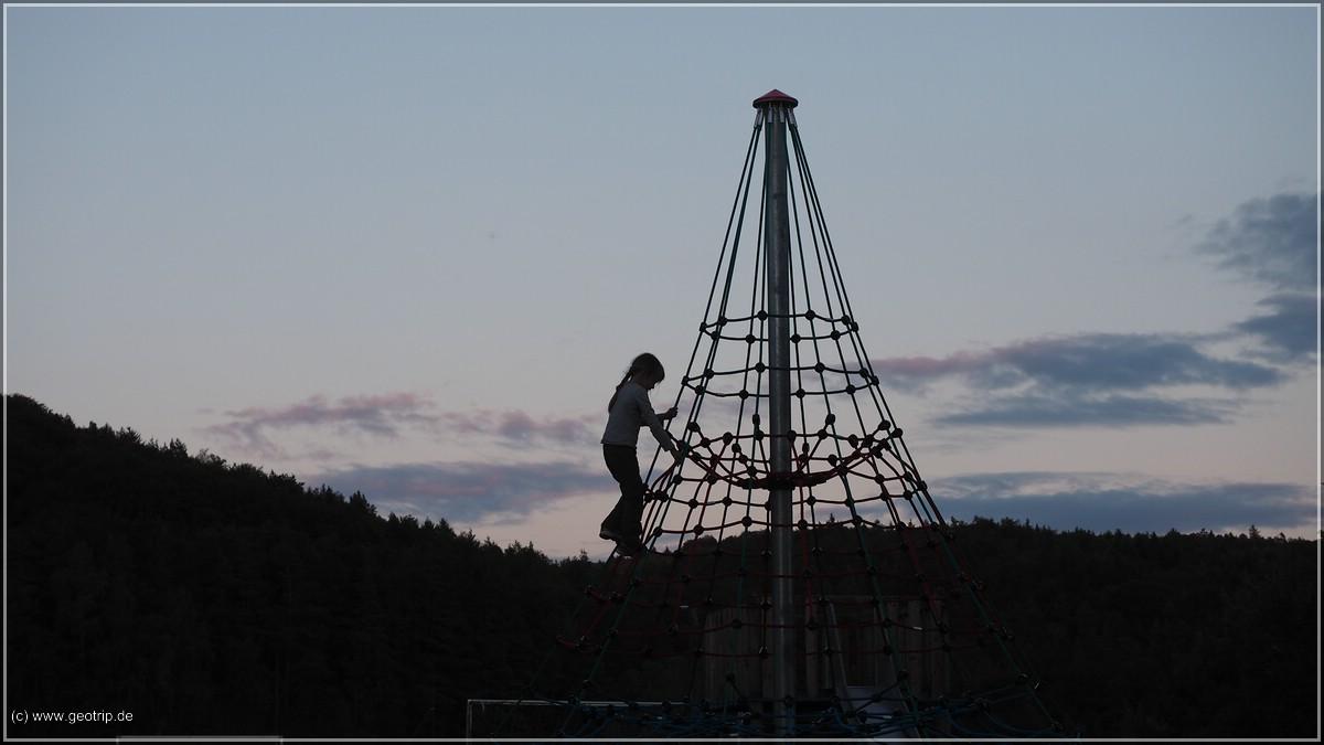 Während Tochter den 'Eiffelturm' erklettert